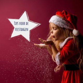 ⭐ Tips voor de feestdagen ⭐  Het zullen heel andere feestdagen zijn dan andere jaren.   Ik kijk altijd heel erg uit naar de kerstdagen, die gezelligheid, de sfeer die errond hangt... en ik hou ook heel veel van hapjes (dat speelt zeker ook een rol) 😀 Ik heb 6 broers en zussen, en die houden allemaal wel van een leuk feestje, dus dat het hier dit jaar heel stilletjes zal zijn, dat is een feit.  Nieuwjaar vieren we altijd samen met vrienden, dat halen we wel in op een later moment (ergens in de zomer ofzo).   Maar we zullen het hier met ons 4 ook supergezellig maken, en ik ben ervan overtuigd dat dat bij jullie ook zo zal zijn.   Dus toch een aantal tips voor de slaap van jullie kindjes tijdens de feestdagen: 🎄 Probeer zoveel mogelijk het ritme dat je kindje normaal volgt te respecteren. De feestdagen zorgen niet voor andere noden op vlak van slaap. Een wandeling gepland? Doe dat dan bv. op het moment dat je kindje normaal gezien een dutje doet zodat het kan slapen in de wandelwagen. Als je een kindje hebt dat niet slaapt in de wandelwagen, auto, ... dan is het beter om de wandeling te plannen na het dutje.  🎄 Heb je een luidruchtig knuffelcontact op bezoek? White noise of witte ruis kan een grote hulp zijn. Het filtert de harde omgevingsgeluiden zodat je kindje niet van elk geluid wakker wordt.  🎄 Met al die gezelligheid zal je kindje misschien niet zoveel zin hebben om te gaan slapen. Bouw een rustig overgangsmoment in, zonder je eventjes af, ... zodat je kindje de tijd heeft om de overstap van feestvreugde naar slaap te maken.   Ik zet sowieso de link in mijn bio naar mijn blog met slaaptips voor de feestdagen, daar haal je nog een hoop andere tips uit.  Hoe breng jij de feestdagen door dit jaar?