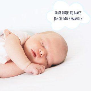 ⭐ Korte dutjes bij baby's jonger dan 6 maanden ⭐  Doet je baby de eerste maanden enkel maar korte dutjes? Er is niets mis met je kindje, in tegendeel, het is helemaal normaal!  👉🏻 Slaap is iets dat doorheen de eerste jaren stap voor stap ontwikkelt en evolueert. Ook dutjes zitten er vanaf de geboorte dus niet kant-en-klaar in. Daar is een neurologische basis voor nodig, en die basis ontwikkelt zich doorheen de eerste maanden.  👉🏻 Het ochtenddutje krijgt bij de meeste baby's vorm tussen maand 3 en maand 5. Enkele weken later, tussen maand 4 en maand 6, volgt ook de rest van de dutjes.  👉🏻 Het eerste dat je zal merken, is dat de timing voorspelbaarder wordt, pas later zullen de dutjes van je kindje langer worden.  👉🏻 Wanneer je dit dan juist kan verwachten? Dat is bij elk kindje anders. Bij sommige baby's komt dat vanzelf, andere zullen wat meer hulp en oefening nodig hebben.  👉🏻 Als ouder kan je dutjes aanbieden, maar het is aan je baby of er wel of niet en lang of kort geslapen wordt.   Wil dat dan zeggen dat je niets kan doen als je kindje jonger dan 6 maanden is?  👉🏻 Oefenen kan altijd, maar overdrijf niet en hou je verwachting realistisch.  👉🏻 Het is 100% ok om je baby in slaap te helpen en dat opnieuw te proberen wanneer je kindje na 30 of 45 minuten wakker wordt. Gelukt? Geweldig! Niet gelukt? Dan zal de wakkertijd tot het volgende dutje wellicht wat korter zijn.   Als je bedenkt dat een baby geboren wordt zonder dag- en nachtritme, is het eigenlijk wel ongelofelijk dat ze tegen maand 6 klaar zijn voor een ritme met regelmaat, niet?   PS. Er zijn natuurlijk baby's die vanaf het begin voorbeeldig slapen, maar onthou: het is zeldzaam! Heb jij er zo eentje? Feel blessed 😊   ♥️ Hoe lopen de dutjes bij jou?   #slaapcoach #kinderslaapcoach #dutjes #realistischeverwachtingen #ouderschap #newborn #baby #liefdevolslaapcoachen #teamnosleep