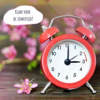 ⭐ Klaar voor de zomertijd? ⭐  Het is weer zover! In de nacht van zaterdag op zondag draaien we de klok één uur vooruit, twee uur wordt dus drie uur. Inderdaad, dat heeft als gevolg dat je zondag een uurtje minder lang kan slapen 😴  Hoe kan je je hier nu het beste op voorbereiden?   🌈 DOE NIETS Als jouw kindje elke ochtend (te) vroeg aan de dag start, is dit de beste methode voor jou. Doe gewoon alsof het een normale dag is. Volg je dagelijkse routine, maar dan met alles een uur vooruit geschoven.   of  🌈 MAAK DE OVERGANG IN STAPJES Voor sommige kinderen (vooral voor jonge baby's en kinderen die gevoelig zijn aan verandering) kan een verandering van 1 uur overweldigend zijn. Misschien hebben ze al een vroege bedtijd op dit moment, of zijn de dutjes moeilijk. Hou je je hart vast om de overgang in 1 keer te maken? Dan is het een mogelijkheid om de overgang in stapjes voor te bereiden. De dagen voor de uurwisseling verschuif je alle dutjes en de bedtijd per dag met 10 - 15 of 20 minuutjes zodat je op het nieuwe uur zit tegen dat de het zomeruur daar is.   ✔️ Los van welke methode je kiest: zorg ervoor dat je kindje goede dutjes doet op de dagen voordat het uur wisselt. Dit zorgt ervoor dat het ongemak dat gepaard gaat met zo'n uurverandering makkelijker opgevangen wordt.  ✔️ De meeste kinderen hebben wel even de tijd nodig om zich aan te passen aan het nieuwe uur, los van welke methode je kiest. Reken dus een weekje voordat ze helemaal mee zijn in het nieuwe ritme.   ♥️ Voor welke methode ga jij?  ♥️ Lees de volledige blog met veel meer uitleg bij de verschillende methodes via de link in mijn bio!