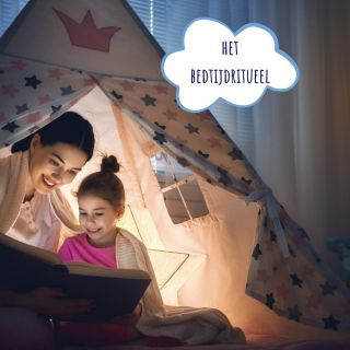 ⭐ Het bedtijdritueel ⭐  Een rustgevend en voorspelbaar bedtijdritueel helpt je kindje om de overgang te maken van de (drukke) dag, naar de rust van de nacht. Kleine kinderen hebben nog geen tijdsbesef. Door het bedtijdritueel elke dag op dezelfde manier te laten verlopen, zullen ze al snel 'begrijpen' dat het moment van slapengaan is aangebroken. De dagelijkse herhaling en weten wat er komt, geeft je kindje het gevoel van herkenning, geruststelling en veiligheid.   De invulling van je bedtijdritueel verandert mee naarmate je kindje ouder wordt, en dat is helemaal ok, zolang het maar niet elke dag een volledig andere invulling krijgt.  Onder de 12 maanden behoort een voeding bijvoorbeeld meestal tot het bedtijdritueel. Vanaf 12 maanden is het aan te raden om de voeding vóór het bedtijdritueel aan te bieden, bv. in de living of in een andere ruimte dan de slaapruimte.   ❔ Wist je dat... je een bedtijdritueel al kan introduceren vanaf 6 à 8 weken?   👉🏻 De volledige blog lees je via de link in mijn bio.   ♥️ Hoe verloopt het bedtijdritueel bij jou?   #bedtijd #slaaptijd #bedtijdritueel #bedtijdroutine #ouders #mama #papa #baby #peuter #kleuter #slaapcoach #kinderslaapcoach #ouderschap 