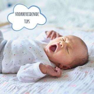 ⭐ Zelfstandig leren inslapen? Enkele voorbereidende tips ⭐  💤 Let goed op de slaapsignalen van je kindje Wanneer je kindje klaar is voor bed, maakt het lichaam volop het slaaphormoon melatonine aan. Hierdoor wordt je kindje slaperig en kan het gemakkelijk in slaap vallen. Als je over dat moment heen gaat (ook al is het maar 5 minuten), kan het zijn dat je kindje veel actiever, drukker, ... wordt en het slapengaan veel moeilijker zal lopen. De kans op 's nachts wakker worden vergroot dan ook.  💤 Installeer een rustgevend bedtijdritueel Een rustgevend en voorspelbaar bedtijdritueel helpt je kindje om de overgang te maken van de (drukke) dag, naar de rust van de nacht. Kleine kinderen hebben nog geen tijdsbesef. Door het bedtijdritueel elke dag op dezelfde manier te laten verlopen, zullen ze al snel 'begrijpen' dat het moment van slapengaan is aangebroken. Een bedtijdritueel kan je al introduceren vanaf 6 à 8 weken!  💤 Geef de laatste voeding vroeg genoeg Zorg ervoor dat er nog iets in je bedtijdritueel na de voeding moeten gebeuren (bv. boekje lezen, liedje zingen, pamper verversen, slaapzak aan, ...).   ❤️ Al deze zaken zullen je helpen als je effectief aan de slag gaat met het oefenen rond het zelfstandig inslapen. Wat lukt er al goed bij jou?        #slaaptips #slaapadvies #slaapcoach #babyslaapcoach #kinderslaapcoach #gentlesleepcoach #newborn #baby #peuter #kleuter  #ouders #ouderschap #nachtrust #slaap #nachtouders #slaaptekort #NOcryitout